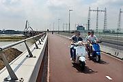 Nederland, Nijmegen, 10-7-2014Twee scooters, brommers, met jongens, jongeren, rijden over de nieuwe brug, stadsbrug, de Oversteek. Ze dragen geen helm.FOTO: FLIP FRANSSEN/ HOLLANDSE HOOGTE