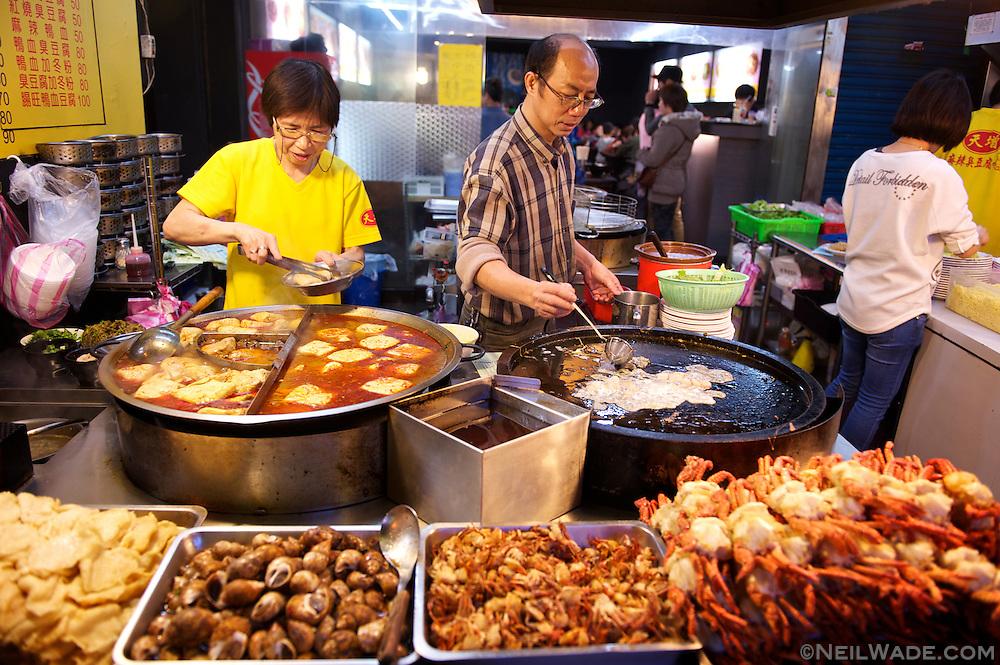Shilin Night Market 士林夜市 - Stinky tofu and oyster omlette 臭豆腐 蚵仔煎