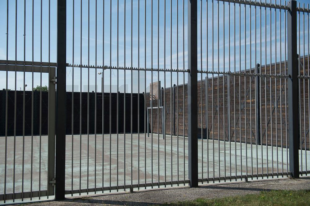 06 AUG 2014, BERLIN/GERMANY:<br /> Basketballkorb auf einem Freistundenhof, Abschiebungsgewahrsam der Berliner Polizei in Berlin-Koepenick, Gruenauer Strasse 140<br /> IMAGE: 20150806-01-006<br /> KEYWORDS: Köpenick, Abschiebungshaft, Abschiebeknast, Abschiebehaft, Polizeiabschiebehaftanstalt, Grünau; Gruenau