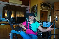 Músico e artista Hique Gomes, em entrevista, em sua residência, para a Revista Press. Foto: Marcos Nagelstein/ Agência Preview