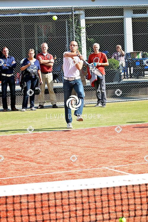 ZALTBOMMEL - Wethouder Han Looijen opende bij ZTV Zaltbommelse Tennis Vereniging de nieuwe kunstgras banen. FOTO LEVIN DEN BOER - PERSFOTO.NU