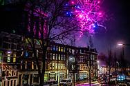 ROTTERDAM - mensen steken vuurwerk af in de wijk katendrecht ROBIN UTRECHT