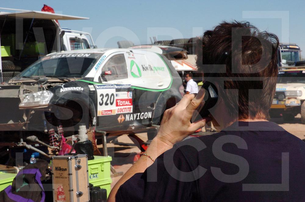 Rally Lissabon-Dakar 2006:..Bivak werk..Ellen telefoniert..fotografie frank uijlenbroek©2006 frank uijlenbroek..