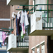 Nederland Rotterdam 01-06-2009 20090601 Foto: David Rozing   ..Achterstandswijk Pendrecht Rotterdam zuid, slecht onderhouden balkons, afgebladderde verf kale plekken op balkons. deprived area / projects âEURoeKatendrecht âEURoe This area is on a list with projects which need help of the government because of degradation in the area etc., project, suburb, suburbian, problem. Neighboorhood, neighboorhoods, district, city, problems,  daily life Holland, The Netherlands, dutch, Pays Bas, Europe ..Foto: David Rozin