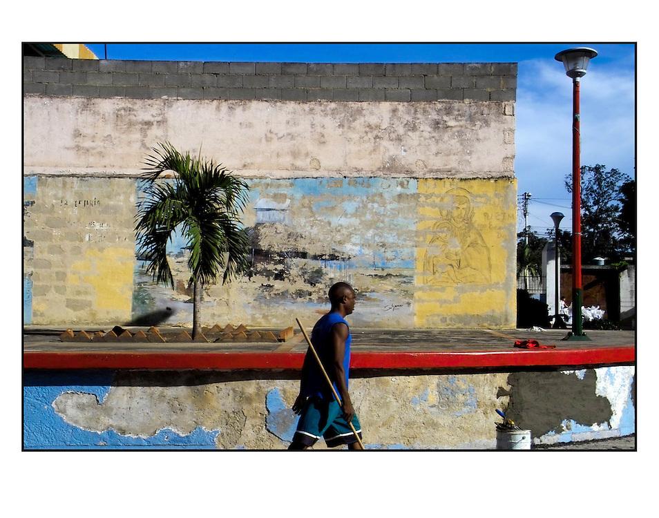 Autor de la Obra: Aaron Sosa<br /> T&iacute;tulo: &ldquo;Serie: Color Whispers&rdquo;<br /> Lugar: Curiepe, Estado Miranda - Venezuela <br /> A&ntilde;o de Creaci&oacute;n: 2005<br /> T&eacute;cnica: Captura digital en RAW impresa en papel 100% algod&oacute;n Ilford Galer&iacute;e Prestige Silk 310gsm<br /> Medidas de la fotograf&iacute;a: 33,3 x 22,3 cms<br /> Medidas del soporte: 45 x 35 cms<br /> Observaciones: Cada obra esta debidamente firmada e identificada con &ldquo;grafito &ndash; material libre de acidez&rdquo; en la parte posterior. Tanto en la fotograf&iacute;a como en el soporte. La fotograf&iacute;a se fij&oacute; al cart&oacute;n con esquineros libres de &aacute;cido para as&iacute; evitar usar alg&uacute;n pegamento contaminante.<br /> <br /> Precio: Consultar<br /> Envios a nivel nacional  e internacional.