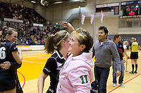 ROTTERDAM -  Vreugde bij de dames van Amsterdam met coach Alyson Annan (m)  na de  finale zaalhockey om het Nederlands kampioenschap tussen de  vrouwen  van Amsterdam en MOP.  Amsterdam wint de finale en dus het Kampioenschap.ANP KOEN SUYK