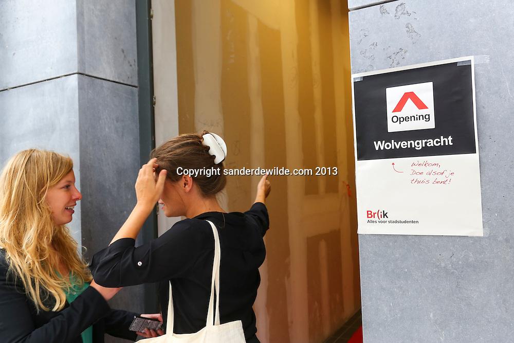 Brussel 12 september 2013 Br(ik opent nieuwe Br(ikHuis Wolvengracht  in aanwezigheid van minister Pascal Smet, in de Vlaamse regering bevoegd voor Brussel. rondleiding aan Wolvengracht 23-25 te 1000 Brussel.dames BR(ik buiten