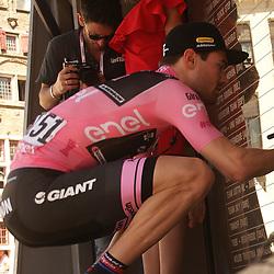 08-05-2016: Wielrennen: Giro: Arnhem <br /> ARNHEM (NED) wielrennen <br /> De tweede etappe van de voerde het peloton door de over Betuwe en de Liemers. Tom Dumoulin tekent voor de start in Nijmegen