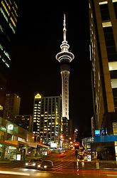 Com 324 metros de altura, a Sky Tower é considerada a maior construção do hemisfério sul. Referência para os turistas, é durante a noite que ela ganha um charme especial. A iluminação, que varia de tonalidade conforme a época do ano, destaca a imponente altitude do prédio. FOTO: Lucas Uebel/Preview.com