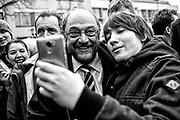 Darmstadt | Deutschland | 09.03.2017: Der designierte Kanzlerkandidat der SPD Martin besucht Darmstadt und unterst&uuml;tzt den dortigen SPD OB-Kandidaten Michael Siebel im Wahlkampf. <br /> <br /> hier: Ein junger Mann macht ein Selfie mit Martin Schulz<br /> <br /> Sascha Rheker<br /> 20170309<br /> <br /> [Inhaltsveraendernde Manipulation des Fotos nur nach ausdruecklicher Genehmigung des Fotografen. Vereinbarungen ueber Abtretung von Persoenlichkeitsrechten/Model Release der abgebildeten Person/Personen liegt/liegen nicht vor.]