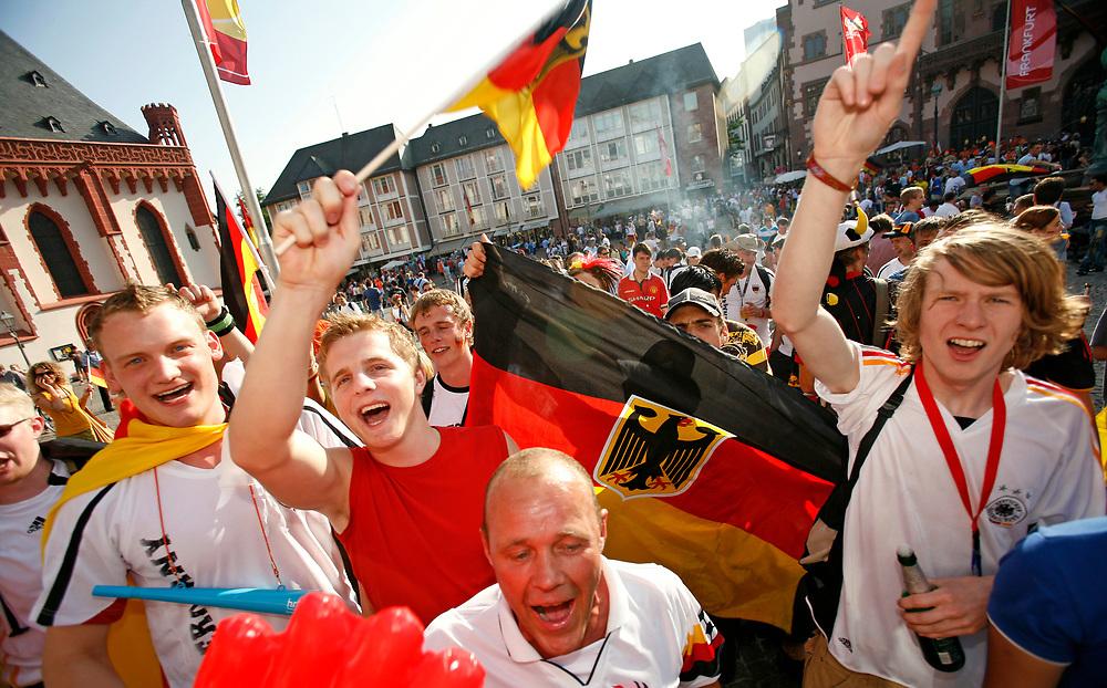 Frankfurt | Deutschland 20.06.2006: Deutsche Fu&szlig;ballfans feiern den Sieg der deutschen Mannschaft gegen Ecuador im letzten Gruppenspiel der WM 2006 mit jeder Menge schwarz-rot-goldener Fanartikel.<br /> <br /> hier: Fans feiern<br /> <br /> Sascha Rheker<br /> 20060620<br /> <br /> [Inhaltsveraendernde Manipulation des Fotos nur nach ausdruecklicher Genehmigung des Fotografen. Vereinbarungen ueber Abtretung von Persoenlichkeitsrechten/Model Release der abgebildeten Person/Personen liegt/liegen nicht vor.]
