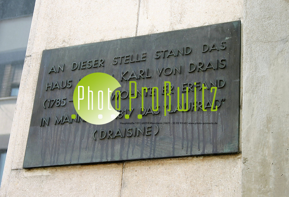 Mannheim. Plakette in M1, 8<br /> <br /> Karl Drais<br /> geboren 29.4.1785 in Karlsruhe, <br /> gestorben 10.12.1851 in Karlsruhe.<br /> <br /> Kurzbiographie<br /> Karl Drais, Taufname Karl Friedrich Christian Ludwig, Freiherr Drais von Sauerbronn war zun&auml;chst Forstbeamter in badischen Diensten, wurde jedoch sp&auml;ter bei Fortzahlung seiner Bez&uuml;ge vom aktiven Dienst freigestellt und schlug eine Erfinderlaufbahn ein. <br /> <br /> Er erfand u.a. eine Notenschreibmaschine, eine Schnellschreibmaschine f&uuml;r 16 Buchstaben, vierr&auml;drige Fahrmaschinen und vor allem die zweir&auml;drige Laufmaschine. Diese war das erste 2-r&auml;drige selbstfahrende Fahrzeug, damit der wichtigste Vorl&auml;ufer des pedalgetriebenen Fahrrades und letztlich auch der Automobile. F&uuml;r seine Erfindungen wurde Karl Drais vom badischen Gro&szlig;herzog Carl zum Professor f&uuml;r Mechanik ernannt. Seine Versuche mit kleinen, muskelkraftgetriebenen Eisenbahnfahrzeugen pr&auml;gten den Begriff Draisine. <br /> <br /> Als &uuml;berzeugter Demokrat legte Karl Drais 1849 seinen Adelstitel ab und wurde daf&uuml;r nach dem Scheitern der badischen Revolution systematisch in seiner Existenz ruiniert. Infolge der &uuml;blen Nachrede wurde auch der Erfolg seiner Erfindung des Fahrens auf zwei R&auml;dern sp&auml;ter geleugnet. Ein neues Portrait des Erfinders der Laufmaschine Karl Drais zeichnet Professor Dr. Hans-Erhard Lessing nach umfangreichen Studien in den Archiven. Anstelle des seit 150 Jahren allgemein als &quot;l&auml;cherlich und skurril&quot; ver&auml;chtlich gemachten adeligen F&ouml;rsters erkennt er in ihm einen au&szlig;ergew&ouml;hnlich begabten jungen Mann voller Ideale und sp&auml;ter einen &uuml;berzeugten 1849er Demokraten.<br /> <br /> Karl von Drais wurde am 29. April 1785 in Karlsruhe als Sohn des badischen Hof- und Regierungsrates Karl Wilhelm Friedrich Ludwig von Drais und seiner Ehefrau Ernestine Christine Margaretha, geb. von Kaltenthal, geboren. Sein Tauf
