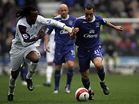 Photo: Paul Thomas.<br /> Bolton Wanderers v Everton. The Barclays Premiership. 09/04/2007.<br /> <br /> Leon Osman (L) of Everton runs by Ricardo Gardner.