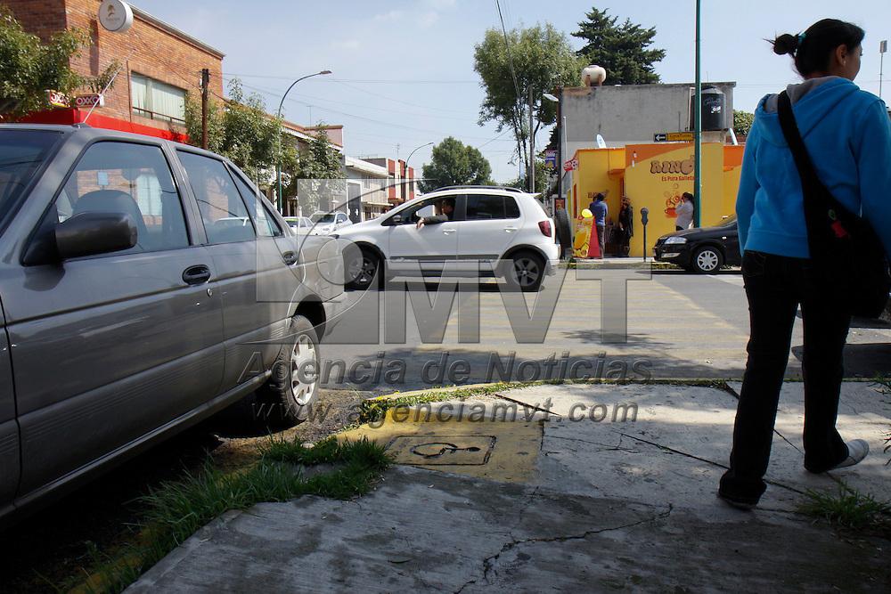 Toluca, México.- Automovilistas siguen sin respetar el paso de personas discapacitadas y estacionan sus unidades en las rampas para sillas de ruedas. Agencia MVT / Crisanta Espinosa