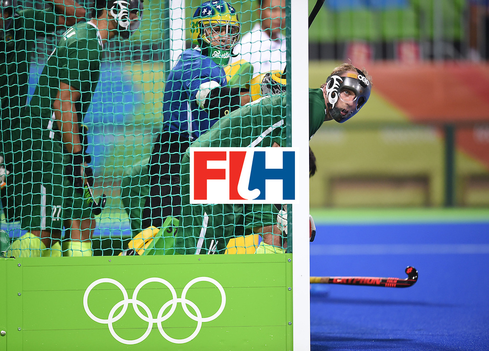 Brazil's goalkeeper Rodrigo Faustino (C) prepares to defend the goal with teammates during the men's field hockey Spain vs Brazil match of the Rio 2016 Olympics Games at the Olympic Hockey Centre in Rio de Janeiro on August, 6 2016. / AFP / MANAN VATSYAYANA        (Photo credit should read MANAN VATSYAYANA/AFP/Getty Images)