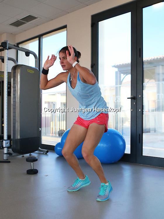 Tennis Profi Julia Goerges (GER) im Trainingslager,Algarve,Portugal, Julia beim Fitness Training im Studio,Uebung,Stretching,Einzelbild,Ganzkoerper,Hochformat,