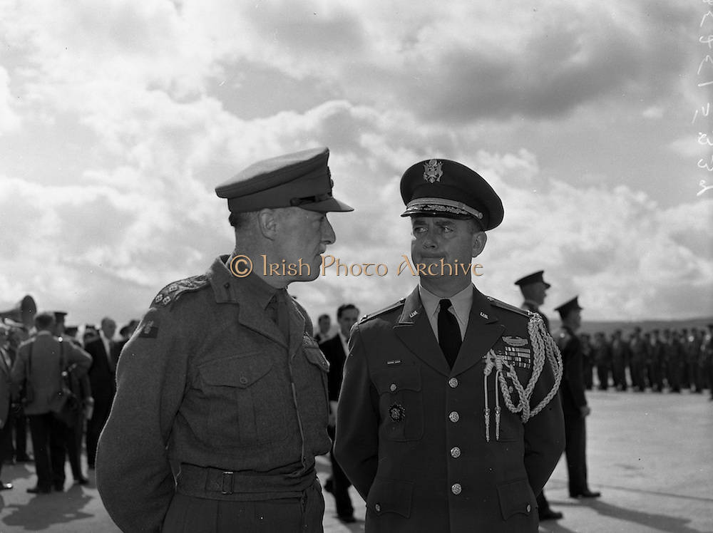 17/08/1960<br /> 08/17/1960<br /> 17 August 1960<br /> Airlift of the 33rd Battalion to the Congo. Watching the airlift were Colonel Ralph Thickness, (left) British Military Attache and U.S. Attache, Colonel Frank W. O'Brien.