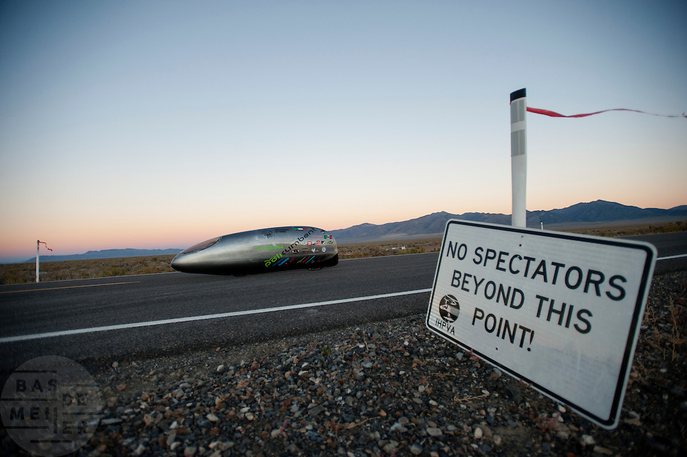 In Battle Mountain (Nevada) wordt ieder jaar de World Human Powered Speed Challenge gehouden. Tijdens deze wedstrijd wordt geprobeerd zo hard mogelijk te fietsen op pure menskracht. Ze halen snelheden tot 133 km/h. De deelnemers bestaan zowel uit teams van universiteiten als uit hobbyisten. Met de gestroomlijnde fietsen willen ze laten zien wat mogelijk is met menskracht. De speciale ligfietsen kunnen gezien worden als de Formule 1 van het fietsen. De kennis die wordt opgedaan wordt ook gebruikt om duurzaam vervoer verder te ontwikkelen.<br /> <br /> In Battle Mountain (Nevada) each year the World Human Powered Speed ​​Challenge is held. During this race they try to ride on pure manpower as hard as possible. Speeds up to 133 km/h are reached. The participants consist of both teams from universities and from hobbyists. With the sleek bikes they want to show what is possible with human power. The special recumbent bicycles can be seen as the Formula 1 of the bicycle. The knowledge gained is also used to develop sustainable transport.