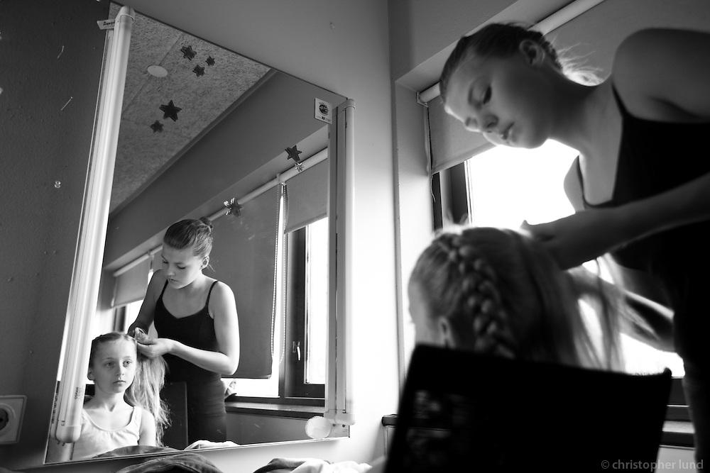 Nemendur Klassíska Listdansskólans undirbúa sig undir Vorsýningu í maí 2008. Stundents of the Icelandic Classical Dance School prepare for the Spring show in May 2008.