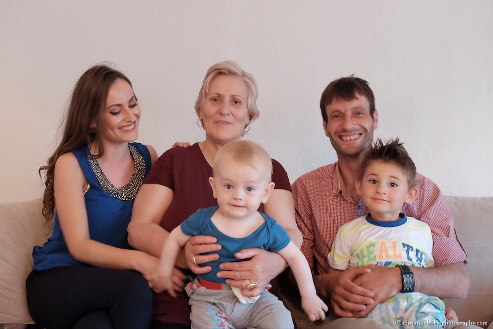 Merfida Jerliu, Gewinnerin der TV-Sendung PunPun, welche im Auftrag von Helvetas fürs kosovarische Fernsehen entwickelt wurde. In diesem Bild zusammen mit Ridvan Jerliu (Bruder), Shefkize Jerliu (Mutter), Eran Rexpehi (Neffe), Mal Jerliu (Neffe, Baby).