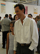 Richard E. Grant and Olivia Grant. Ant Noises 2. Saatchi Gallery. 12 September 2000. © Copyright Photograph by Dafydd Jones 66 Stockwell Park Rd. London SW9 0DA Tel 020 7733 0108 www.dafjones.com