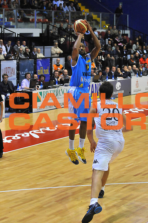 DESCRIZIONE : Biella Lega A 2011-12 Angelico Biella Vanoli Braga Cremona<br /> GIOCATORE : David Maurice Lighty<br /> SQUADRA :  Vanoli Braga Cremona<br /> EVENTO : Campionato Lega A 2011-2012 <br /> GARA : Angelico Biella Vanoli Braga Cremona<br /> DATA : 26/02/2012<br /> CATEGORIA : tiro<br /> SPORT : Pallacanestro <br /> AUTORE : Agenzia Ciamillo-Castoria/ L.Goria<br /> Galleria : Lega Basket A 2011-2012 <br /> Fotonotizia : Biella Lega A 2011-12  Angelico Biella Vanoli Braga Cremona<br /> Predefinita