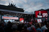 """25 SEP 2009, BERLIN/GERMANY:<br /> Frank-Walter Steinmeier, SPD, Bundesaussenminister, haelt eine Rede, Wahlkampfveranstaltung """"Auftakt zum Schlussspurt"""" der SPD, vor dem Brandenburger Tor, Pariser Platz<br /> IMAGE: 20090925-01-046<br /> KEYWORDS: Kundgebung, Quadriga, Display, Screen, Leinwand"""