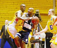 Basketball, 10. mars 2002. 1. finale BLNO Rykkinnhallen, Asker Aliens - Kongsberg Penguins. Warren Peebles, Kongsberg, og Cory Jenkins, Asker.
