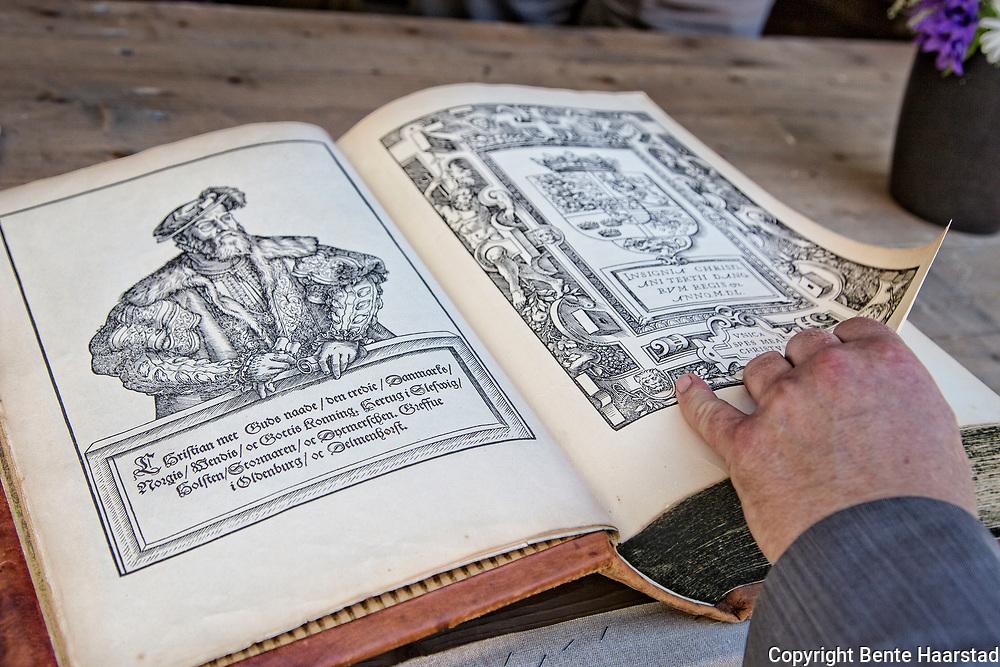 Christian III's Bibel, fra 1550. Den første bibel for Danmark/Norge. Dansk oversettelse av Luther-bibelen fra 1545. Opplag 3000. 96 sendt til Norge, men det var egentlig en (kongelig?) forordning om at alle kirker i Norge skulle få en). I dag er bare 11 komplette eksemplarer bevart. Prisen dengang var 5 daler, noe som tilsvarte prisen for én okse eller 30 tønner rug. Dette er en faksimileutgave. Bl. a. museet i Erkebispegården har en original.