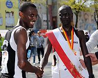 Friidrett<br /> 25.04.2010<br /> Hamburg Maraton<br /> Foto: Witters/Digitalsport<br /> NORWAY ONLY<br /> <br /> v.l. Urige Arado Buta (Norwegen, 2. Platz), Sieger Wilfred Kigen (Kenia)<br /> Leichtathletik, Moebel Kraft Marathon 2010, Herren