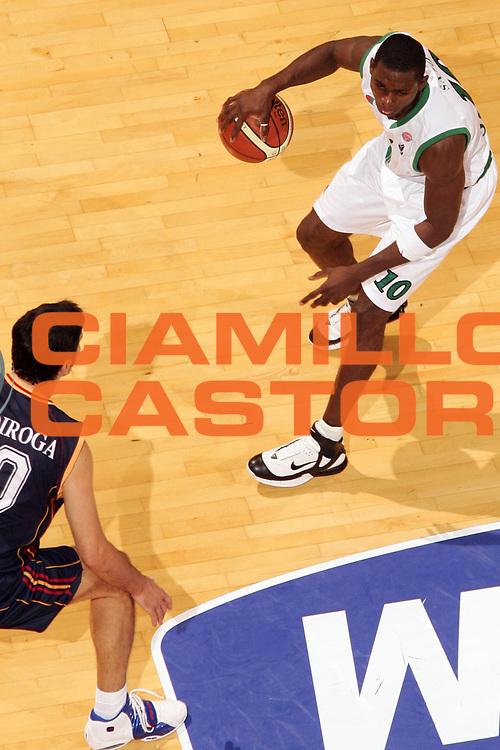 DESCRIZIONE : Siena Lega A1 2006-07 Montepaschi Siena Lottomatica Virtus Roma <br /> GIOCATORE : Sato <br /> SQUADRA : Montepaschi Siena <br /> EVENTO : Campionato Lega A1 2006-2007 <br /> GARA : Montepaschi Siena Lottomatica Virtus Roma <br /> DATA : 05/11/2006 <br /> CATEGORIA : Special <br /> SPORT : Pallacanestro <br /> AUTORE : Agenzia Ciamillo-Castoria/P.Lazzeroni