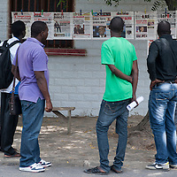 26/06/2013.  Dakar. Senegal. Le jour de l'arrivée de Obama.. Des artistes peignent les portraits de Macky Sall, Martin Luther King et Barack Obama sur un mur du quartier populaire de la Medina. ©Sylvain Cherkaoui/Cosmos