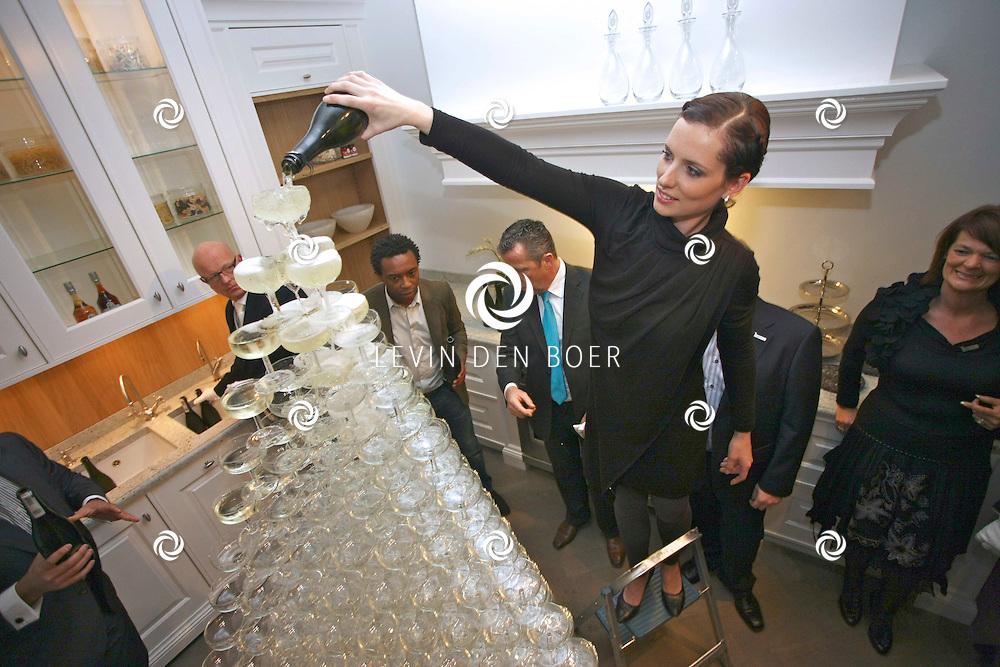 KAATSHEUVEL - Tinello Keuken en Interieur onthulden een unieke match van wonen en mode in de vernieuwde showroom in Kaatsheuvel. Met op de foto Aukje van Ginneken. FOTO LEVIN DEN BOER - PERSFOTO.NU