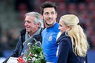 EINDHOVEN, PSV - Dynamo Moskou, voetbal, Europa League groepsfase, 11-12-2014, Philips Stadion, Dynamo Moskou speler Stanislav Manolev (M) wordt gehuldigd voor zijn jaren bij PSV, Willy van der Kuijlen (L).