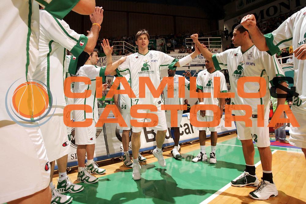 DESCRIZIONE : Siena Lega A1 2005-06 Montepaschi Siena Basket Livorno <br /> GIOCATORE : Boisa <br /> SQUADRA : Montepaschi Siena <br /> EVENTO : Campionato Lega A1 2005-2006 <br /> GARA : Montepaschi Siena Basket Livorno <br /> DATA : 23/04/2006 <br /> CATEGORIA : Esultanza <br /> SPORT : Pallacanestro <br /> AUTORE : Agenzia Ciamillo-Castoria/P.Lazzeroni
