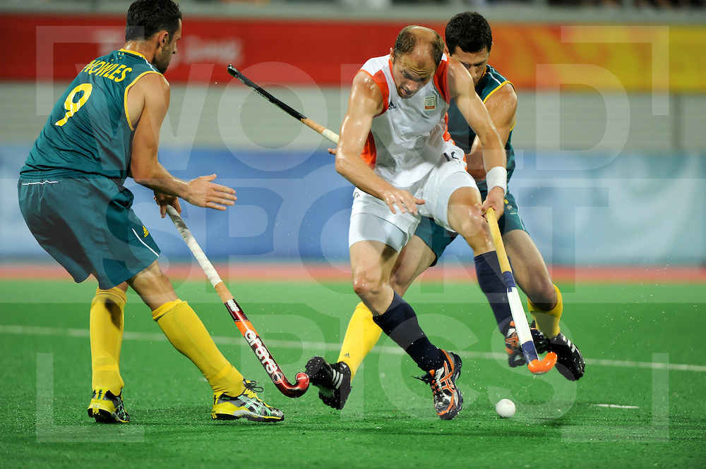 Beijing Olympic Green Hockey Stadium - Hockey.Australia - Netherlands men 2-2.Jamie Dwyer battle with Teun de Nooijer, Mark Knowles is watching it..photo:wsp/Frank Uijlenbroek.