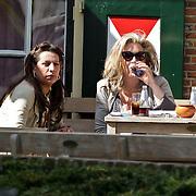 NLD/Laren/20100426 - Ex Dolly Dot Esther Oosterbeek op een terras inLlaren met Betty Groot