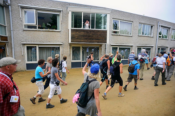 Nederland, Groesbeek, 23-7-2009Deelnemers aan de 4daagse, vierdaagse,  lopen op de derde dag, de dag van Groesbeek, o.a over de zevenheuvelenweg via de dijk bij Mook. Het is de zwaarste dag vanwege de heuvels en dit jaar bepaalde de regen het beeld. Ook was er de melding van een eerste geval van mexicaanse griep.The International Four Day Marches Nijmegen (or Vierdaagse) is the largest marching event in the world. It is organized every year in Nijmegen mid-July as a means of promoting sport and exercise. Participants walk 30, 40 or 50 kilometers daily, and on completion, receive a royally approved medal (Vierdaagsekruis). The participants are mostly civilians, but there are also a few thousand military participants. In 2004 a restriction on the maximum number of registrations is set for the first time. The maximum number of 47,000 registrations then has been reached within 6 weeks. More than a hundred countries have been represented in the Marches over the years. Today a case of mexican flu, swine flu, was reported.Foto: Flip Franssen/Hollandse Hoogte