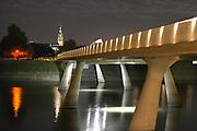 Nederland, Nijmegen, 14-8-2016Sfeerbeeld van de Promenadebrug, de Lentloper van architecten Nuy en Poulissen, in het Rivierpark met zicht op de Stevenstoren.Foto: Flip Franssen