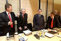 12 DEC 2003, BERLIN/GERMANY:<br /> Christian Wulff, CDU, Ministerpraesident Niedersachsen, und Roland Koch, CDU, Ministerpraesident Hessen, Peter Mueller, CDU, Ministerpraesident Saarland, und Dieter Althaus, CDU, Ministerpraesident Thueringen, (v.L.n.R.), im Gespraech, vor Beginn der Sitzung des Vermittlungsausschusses, Bundesrat<br /> IMAGE: 20031212-01-027<br /> KEYWORDS: Gespräch, Peter Müller,