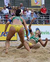 16-07-2014 NED: FIVB Grand Slam Beach Volleybal, Apeldoorn<br /> Poule fase groep G vrouwen - Agatha Bednarczuk (1), Barbara Seixas De Freitas (2) BRA