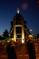 06 SEP 2004, BERLIN/GERMANY:<br /> Polizisten waehrend einer Montagsdemo gegen die Arbeitsmarktreform Hartz IV vor dem Willy-Brandt-Haus der SPD, Wilhelmstrasse<br /> Police ist protecting the Willy-Brandt-House, the federal office of the Social Democratic Party of Germany, against a Demonstration against the economic reforms of the job markt, cuts in unemployment benefits and other forms of social assistance<br /> IMAGE: 20040906-01-017<br /> KEYWORDS: Demonstration, Demonstranten, Protest, Plakat, Transparent