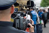 Nederland Rotterdam 13-10-2010 20101013.Mobiel camerateam, politieagent maakt opnames op de markt op het Afrikaanderplein Afrikaandermarkt. Deze aanpak is oa gericht op het bestrijden van zakkenrollers tijdens de marktdagen, door het filmen maken deze zich snel uit de voeten en zo heeft de aanpak een preventieve werking. In het geval zich er wel misstanden voordoen  kan het beeldmateriaal worden gebruikt om daders op te sporen. Holland, The Netherlands, dutch, Pays Bas, Europe ..Foto: David Rozing