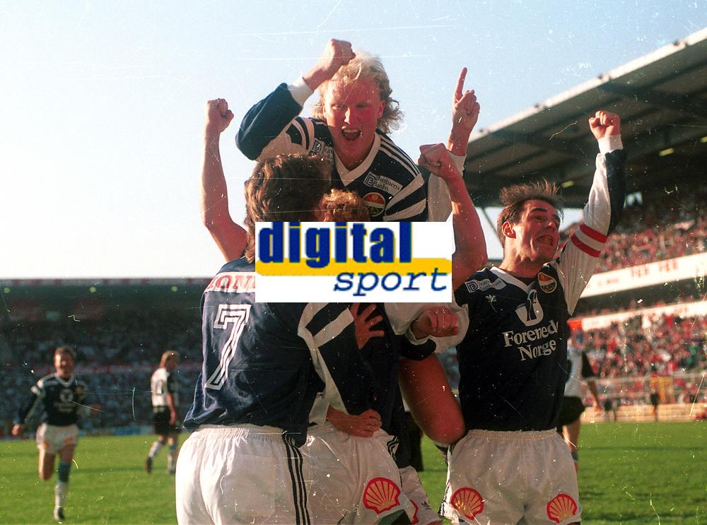 Fotball <br /> Cupfinale 1991<br /> Rosenborg v Str&oslash;msgodset<br /> Ullevaal stadion <br /> Foto: Digitalsport <br /> Trond Nordeide, Frode Johannessen, Odd Johnsen og Halvor Storskogen jubler for Johnsens fulltreffer