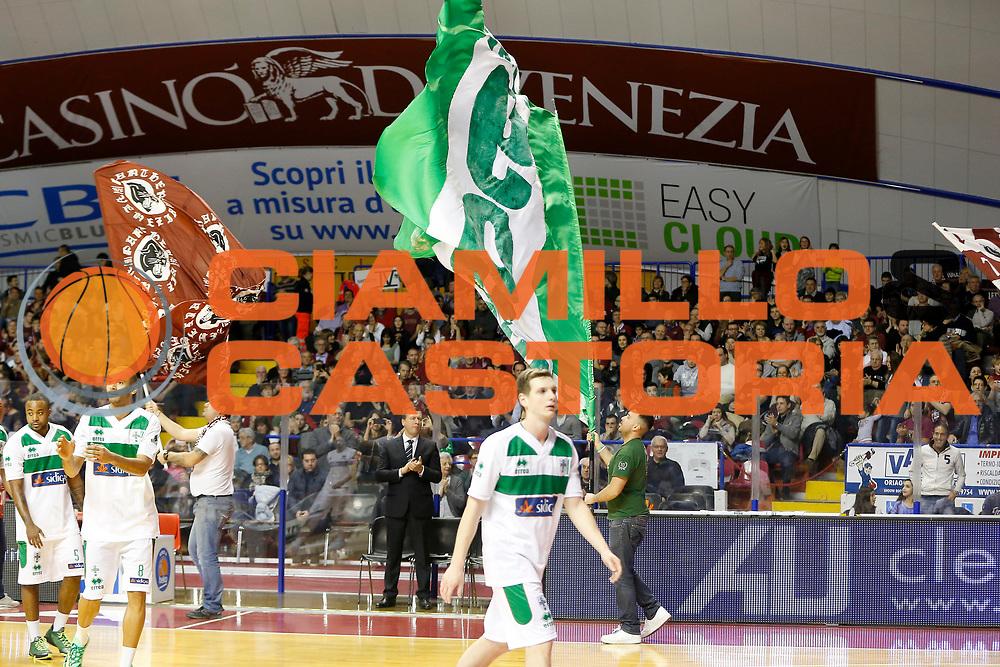 DESCRIZIONE : Venezia Lega A 2014-15 Umana Reyer Venezia Sidigas Avellino<br /> GIOCATORE : Tifosi Sidigas Avellino Tifosi Umana Reyer Venezia<br /> CATEGORIA : Tifosi<br /> SQUADRA : Umana Reyer Venezia Sidigas Avellino<br /> EVENTO : Campionato Lega A 2014-2015<br /> GARA : Umana Reyer Venezia Sidigas Avellino<br /> DATA : 25/01/2015<br /> SPORT : Pallacanestro <br /> AUTORE : Agenzia Ciamillo-Castoria/G. Contessa<br /> Galleria : Lega Basket A 2014-2015 <br /> Fotonotizia : Venezia Lega A 2014-15 Umana Reyer Venezia Sidigas Avellino