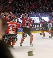 24.4.2013, Isometsän jäähalli, Pori..Jääkiekon SM-liiga 2012-13. Playoffsit, 6. loppuottelu, Ässät - Tappara.Ässät juhlii mestaruutta, vasemmalla Antti Raanta, keskellä Ville Uusitalo.