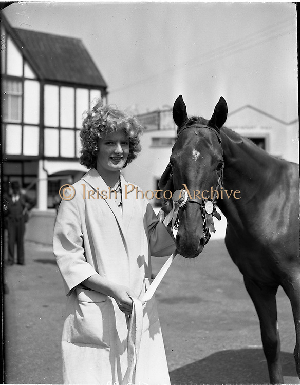 02/08/1960<br /> 08/02/1960<br /> 02 August 1960<br /> R.D.S Horse Show Dublin (Tuesday). Miss Margaret McVeigh, Lakesideview, Carrickmannon, Co. Down with her fathers prize winning thoroughbred yearling &quot;Carrickmannon&quot; at the Dublin Horse Show.