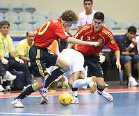 Fussball  International  FIFA  FUTSAL WM 2008   01.10.2008 Vorrunde Gruppe D Spain - Iran Spanien- Iran BORJA (ESP) und ORTIZ (ESP) nehmen einen iranischen Spieler in die Zange.