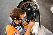 Een teamlid past de VeloX 6 aan tijdens de vijfde racedag. In Battle Mountain (Nevada) wordt ieder jaar de World Human Powered Speed Challenge gehouden. Tijdens deze wedstrijd wordt geprobeerd zo hard mogelijk te fietsen op pure menskracht. Het huidige record staat sinds 2015 op naam van de Canadees Todd Reichert die 139,45 km/h reed. De deelnemers bestaan zowel uit teams van universiteiten als uit hobbyisten. Met de gestroomlijnde fietsen willen ze laten zien wat mogelijk is met menskracht. De speciale ligfietsen kunnen gezien worden als de Formule 1 van het fietsen. De kennis die wordt opgedaan wordt ook gebruikt om duurzaam vervoer verder te ontwikkelen.<br /> <br /> In Battle Mountain (Nevada) each year the World Human Powered Speed Challenge is held. During this race they try to ride on pure manpower as hard as possible. Since 2015 the Canadian Todd Reichert is record holder with a speed of 136,45 km/h. The participants consist of both teams from universities and from hobbyists. With the sleek bikes they want to show what is possible with human power. The special recumbent bicycles can be seen as the Formula 1 of the bicycle. The knowledge gained is also used to develop sustainable transport.