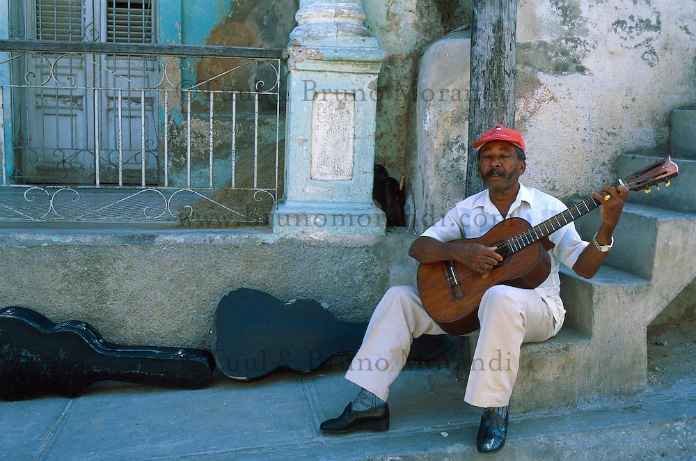 Cuba, Santiago de Cuba, Musicien dans l'ancien quartier de Tivoli // Cuba, Santiago de Cuba, Musician in the old quarter of Tivoli